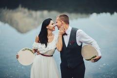 新婚佳偶时髦的夫妇反对山的背景的 免版税库存图片