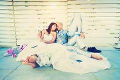 年轻新婚佳偶有情感休息一起在婚姻以后 图库摄影