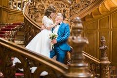 新婚佳偶的浪漫画象 新娘抚摸新郎的面孔,当站立在台阶古老时 库存照片