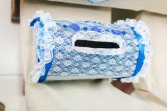 新婚佳偶的被系带的蓝色存钱罐白色背景的 库存图片