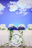 新婚佳偶的装饰的婚姻的桌 库存图片