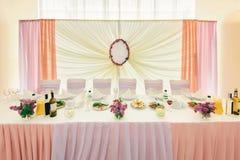 新婚佳偶的装饰的婚姻的桌 图库摄影
