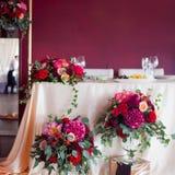 新婚佳偶的装饰 丝绸桌布,红色花 文本的地方在上面 免版税库存照片