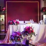 新婚佳偶的装饰 丝绸桌布,红色花 文本的地方在上面 免版税库存图片