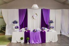 新婚佳偶的主宾席婚礼大厅的 库存照片