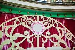 新婚佳偶皇家红色婚礼曲拱婚礼餐馆的 免版税图库摄影