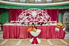 新婚佳偶皇家红色婚礼桌婚礼餐馆的 库存照片