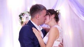 新婚佳偶美好,愉快,爱恋的夫妇,婚纱的,亲吻在婚礼,拥抱 亲吻新娘和 股票录像