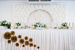 新婚佳偶表有花的在白色样式 免版税库存图片