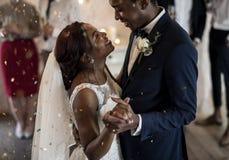 新婚佳偶非裔夫妇跳舞婚礼庆祝 免版税库存图片