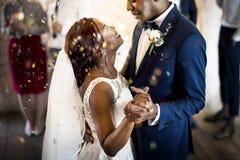 新婚佳偶非裔夫妇跳舞婚礼庆祝 库存照片
