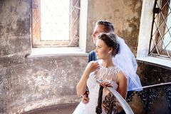 新婚佳偶临近老台阶 衣物夫妇日愉快的葡萄酒婚礼 免版税库存图片