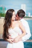 新婚的夫妇在婚姻以后互相亲吻在豪华旅游胜地 浪漫新娘和新郎松弛近的游泳 免版税库存照片