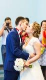 新婚的夫妇第一个亲吻  库存图片