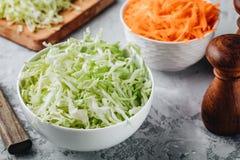 新嫩卷心菜裁减 在碗的切的圆白菜 库存图片
