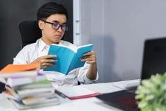 新学员阅读书 免版税图库摄影