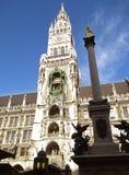 新市镇霍尔或Neues Rathaus塔与玛丽亚专栏的在慕尼黑,巴伐利亚 图库摄影