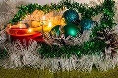 新年、绿色球和装饰的圣诞树 在柠檬背景的明亮和美好的风景与白色闪亮金属片 库存图片
