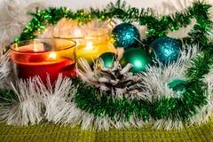 新年、绿色球和装饰的圣诞树 在柠檬背景的明亮和美好的风景与白色闪亮金属片 免版税库存图片