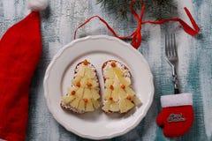 新年三明治用乳酪、菠萝和螃蟹stiks以圣诞树的形式 免版税库存照片