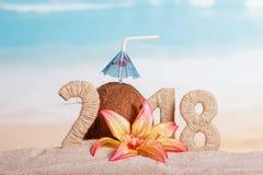 新年与吸管的题字2018年,椰子和umbre 库存图片
