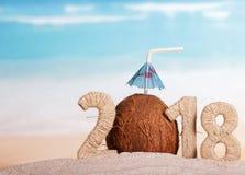 新年与吸管的题字2018年,椰子和umbre 图库摄影