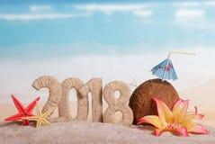 新年与吸管的题字2018年,椰子和umbre 免版税库存图片