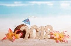 新年与秸杆的题字2018年,椰子和伞de 库存图片