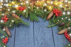 新年从一棵绿色圣诞树的` s花圈与在wo的锥体 免版税库存图片