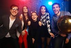 新年党、假日、庆祝、夜生活和人概念-青年人有乐趣跳舞在党 免版税图库摄影