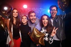 新年党、假日、庆祝、夜生活和人概念-青年人有乐趣跳舞在党 免版税库存图片