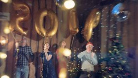 2019新年党 慢动作射击:跳舞在公司新年晚会期间的愉快的办公室工作者