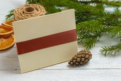 新年和圣诞节大模型-在白色木背景的圣诞节装饰 库存照片