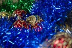 新年和圣诞节玩具,在桌圣诞节心情的闪亮金属片,毛皮树的装饰 免版税库存图片