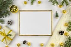 新年和圣诞节背景在白色 金黄的框架 免版税库存图片