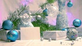 新年和圣诞节装饰和礼物在蓝色和银颜色有浅紫色的backgroung侧视图 影视素材
