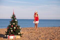 新年圣诞树海滩胜地海女孩 免版税库存图片