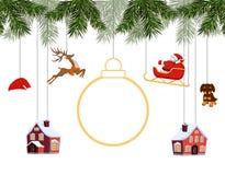 新年圣诞节 垂悬在云杉的分支,在雪橇,圣诞老人帽子,鹿,房子,狗的圣诞老人的各种各样的玩具 地方为 免版税库存照片