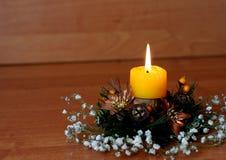 新年在一个美丽的烛台的` s蜡烛有锥体的,花 库存图片