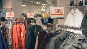 新年在服装店的` s销售,折扣30% 免版税库存图片
