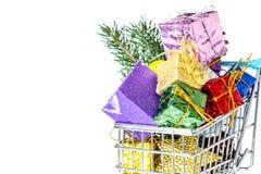 新年在被隔绝的购物台车特写镜头的` s礼物 免版税图库摄影