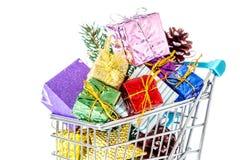 新年在被隔绝的购物台车特写镜头的` s礼物 免版税库存图片