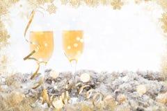 新年好与两块香槟玻璃的框架概念 免版税库存图片
