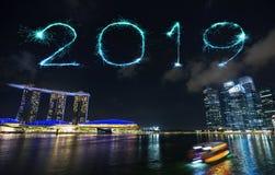2019新年好与小游艇船坞海湾的烟花闪闪发光在晚上, S 库存照片