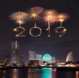 2019新年好与横滨的烟花闪闪发光在晚上, Jap 免版税库存照片