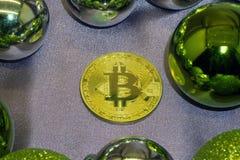 新年好与金黄丝带的Bitcoin小装饰品在木绿色背景 选择聚焦 库存照片