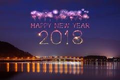 2018新年好与Fujisan山的烟花闪闪发光在ni 免版税库存图片