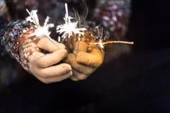 新年好和圣诞快乐概念,举行burni的手 免版税库存图片