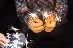 新年好和圣诞快乐概念,举行burni的手 库存照片