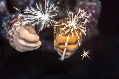 新年好和圣诞快乐概念,举行burni的手 库存图片